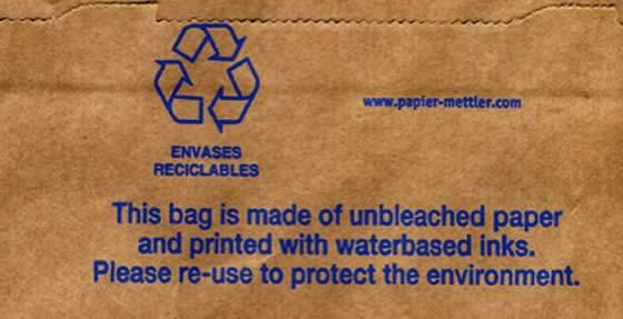 Bolsa ecológica. Lleva impresa la siguiente leyenda: «Esta bolsa está hecha con papel fabricado sin blanqueadores e impresa con tintas al agua. Por favor reutilizar para proteger el medio ambiente».